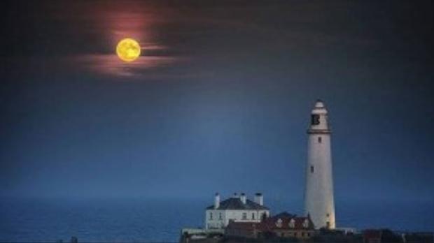 """""""Siêu trăng"""" tỏa sáng trên ngọn hải đăng nổi tiếng St Mary's ở vịnh Whitley, Anh."""
