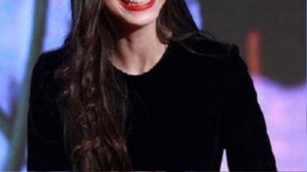 Tham gia buổi họp báo phim hồi giữa tháng 9, Angelababy trang điểm đậm và để son môi dính vào răng.