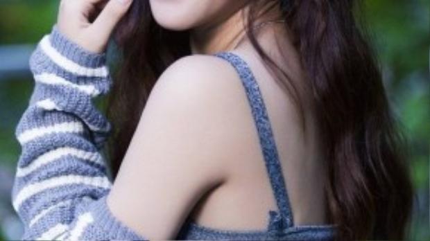 Hiện tại, Bảo Uyên phải tập quen dần với nhịp sống mới ở TP HCM và một mình tự lập để theo đuổi niềm đam mê ca hát. Bộ ảnh được thực hiện bởi ê-kíp: photo Nguyễn Thành, make-up Hiwon, stylist Kỳ Trân.