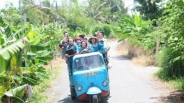Nhóm bạn trẻ thích thú khi lần đầu tiên trong đời được di chuyển bằng xe lam ở vùng nông thôn.