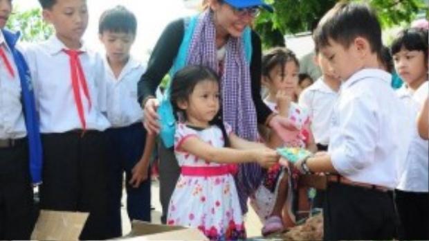 Bé Giang được mẹ cho tham gia các hoạt động từ thiện từ nhỏ để học cách cảm thông và sống có trách nhiệm với bản thân, với xã hội hơn khi trưởng thành.
