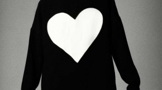 """Hoạ tiết trái tim sẽ tràn ngập trong BST Thu Đông 2015 với tên gọi """"Love"""" của Đỗ Mạnh Cường."""