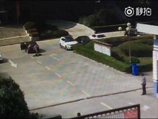 Kinh hoàng clip chồng lái ôtô tông chết người tình của vợ
