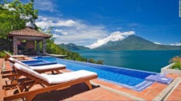 Điều đặc biệt ở khách sạn này là không có tivi, bạn chỉ có thể nghe tiếng gió và tiếng chim. Nhưng đừng lo lắng vì vẫn có Wifi để bạn check-in trên mạng xã hội. Bạn cũng có thể đi thuyền từ Casa đến những hồ lân cận của San Juan, nơi phụ nữ Mayan nhuộm và dệt vải truyền thống.