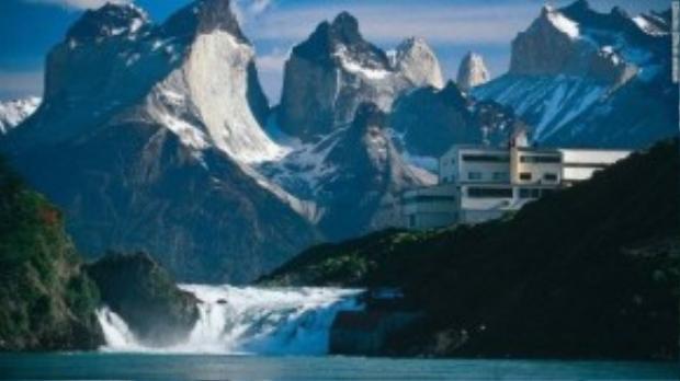 Khách sạn sở hữu nhà tắm Ona cho phép du khách được nhìn ngắm khắp 4 mặt của hồ Pehoe và núi Cordillera del Paine.