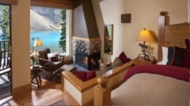 Khách sạn cho phép du khách chiêm ngưỡng vẻ đẹp nổi tiếng núi Rocky và làn nước trong xanh từ ban công riêng biệt mỗi phòng, giữa khuôn viên của vườn quốc gia Banff, Canada.