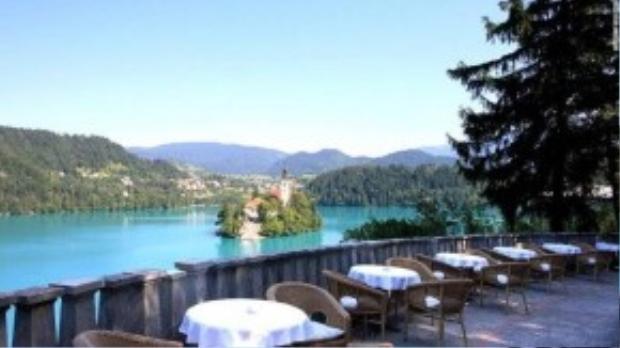 Du khách sẽ nhìn thấy nhà thờ được xây dựng vào thế kỷ 17 trên đảo nhỏ hồ Bled. Căn hộ Tito là lựa chọn tuyệt vời bởi dịch vụ massage nổi tiếng tại đây.