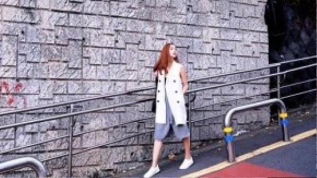 Mix với quần culottes và giày thể thao, Minh Hằng lại tạo ra một vẻ khỏe khoắn khác biệt cho chiếc áo.