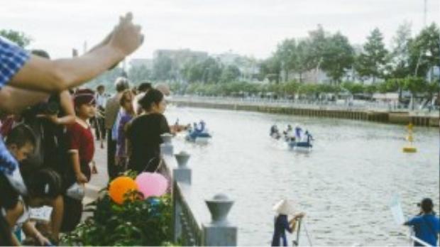 Người dân hào hứng với tuyến du ngoạn trên dòng kênh.