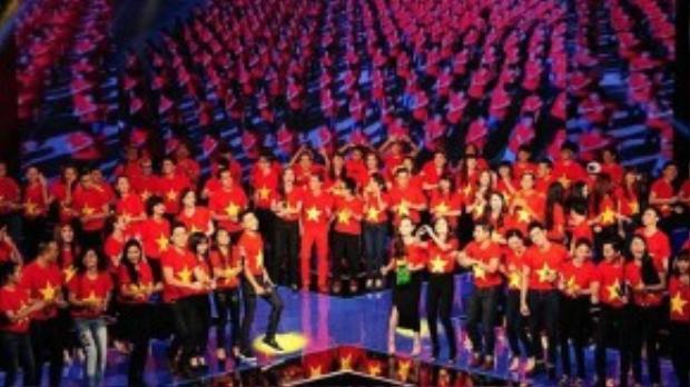 Trong liveshow đầu tiên của sân chơi Nhân tố bí ẩn mùa đầu tiên, rất đông nghệ sĩ cùng nhau diện chiếc áo phông có hình cờ đỏ sao vàng để thể hiện ca khúc Những trái tim Việt Nam. Hành động nhỏ nhưng đầy ý nghĩa trên của các nghệ sĩ và chương trình đã để lại dấu ấn đẹp trong lòng khán giả truyền hình.