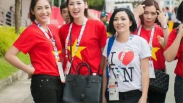 Trong vai trò Đại sứ của Đoàn thể thao Việt Nam tại SEA Games 28 diễn ra ở Singapore, Hoa hậu Đại Dương Đặng Thu Thảo và á hậu Tú Anh hay ca sĩ Phương Thanh thường xuyên diện chiếc áo cờ đỏ sao vàng để cổ vũ tinh thần, tiếp thêm sức mạnh cho các vận động viên thi đấu.