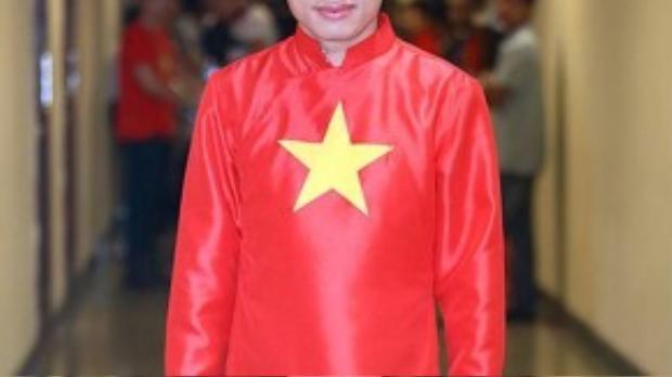 Ca sĩ Tùng Dương tự tin diện trang phục biểu diễn mang màu sắc quốc kỳ của dải đất hình chữ S trong một chương trình ca nhạc hướng về tổ quốc.