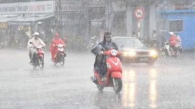 Không khí lạnh khiến nhiệt độ tại miền Bắc giảm sâu kèm mưa dông. Ảnh Tiền phong.