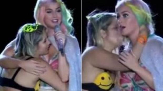 Fan nữ người Brazil ôm hôn Katy Perry trong show diễn đầu tuần qua.