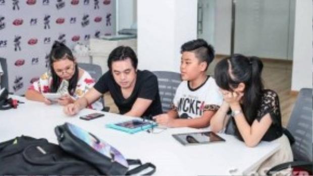 Các thành viên của đội Dương Khắc Linh đã có những giây phút thư giãn trước khi bước vào buổi tập luyện. Cả bốn thầy trò cùng nhau chơi game và chụp ảnh.