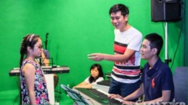 Ngoài Hồ Hoài Anh và Lưu Huơng Giang, các bé còn được nhạc sĩ Hoài Sa giúp sức trước khi bước vào trận chiến tuần này.