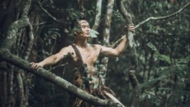 Có một chàng trai lớn lên trong rừng sâu, quen với cuộc sống với cỏ cây muôn thú.