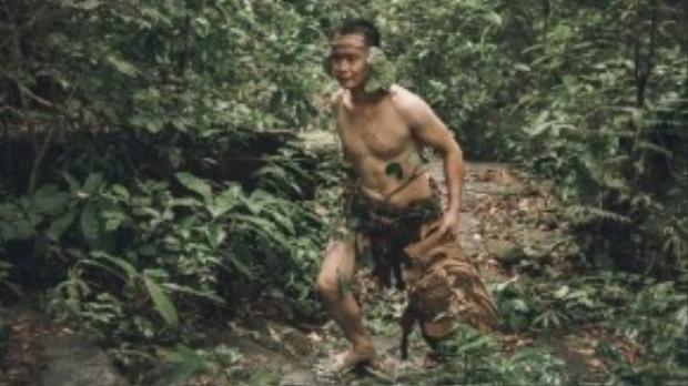 Chàng trai vô tình tìm được chiếc ba lô của cô gái đánh mất ở trong rừng.