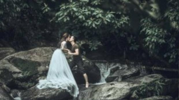 Và nàng quyết định ở lại cùng chàng trong khu rừng xinh đẹp.