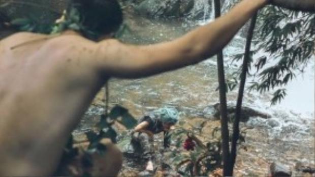Một ngày nọ, cô gái lạc vào khu rừng nơi chàng trai đang sống.