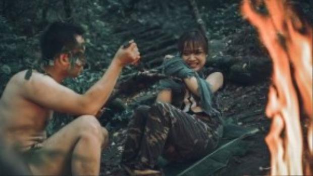 Anh chàng người rừng vốn quen cư xử theo kiểu núi rừng, càng làm cô gái sợ hãi - không dám tiếp xúc.