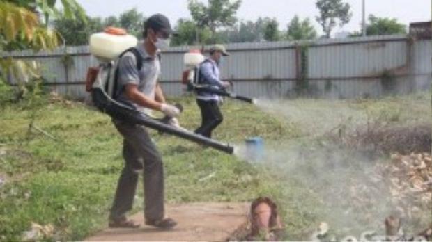 Phun thuốc diệt kiến ba khoang ở KTX Đại học Quốc gia