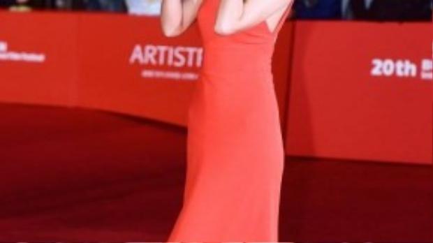 Cô đào Hoa ngữ Thang Duy nổi bật với bộ váy đỏ.