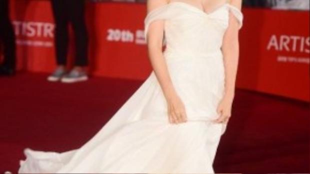 Tại sự kiện còn có mỹ nhân gây chú ý khác là Son Ye Jin. Đối lập với màu đen quyền lực của Ha Ji Won, Son Ye Jin chọn tông trắng làm chủ đạo với bộ váy trễ vai thướt tha.