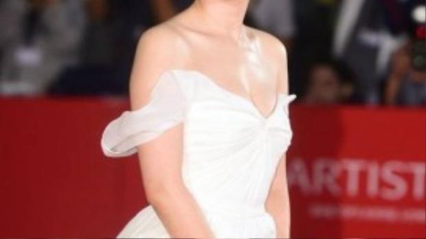 Son Ye Jin vốn trung thành với phong cách gợi cảm từ lâu mỗi khi lên thảm đỏ. Nhưng lần này cô tiết chế hơn. Người đẹp Tuyết tháng 4 trang điểm nhẹ nhàng, ăn ý với vẻ tinh khiết của bộ váy.