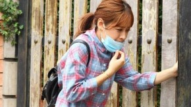 """Bức ảnh Chi Pu bịt khẩu trang, """"thoát ẩn thoát hiện"""" như một """"tên trộm"""" hay đang trốn khỏi nhà đã khiến fan thích thú."""