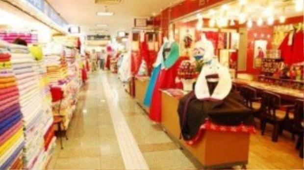 Khu thương mại Dongdaemun: Dongdaemun là thánh địa của thời trang nội địa ở Hàn Quốc, đây là nơi tập trung nguồn hàng của các cửa hàng nhỏ trên khắp đất nước, vì vậy bạn có thể tìm thấy bất cứ thứ gì ở khu Dongdaemun này. Đặc biệt Dongdaemun còn có khu chợ về đêm mở cửa sau 9 giờ tối rất được yêu thích.