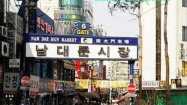 Chợ Namdaemun: Đến với Namdaemun, khách hành hương đến sứ Hàn có thể cảm thấy ít nhiều bầu không khí truyền thống của Hàn Quốc. Với lịch sử hình thành và phát triển hơn 600 năm, khu chợ này đặc biệt nổi tiếng với các mặt hàng truyền thống và đồ lưu niệm. Các mặt hàng khác như đồ gia dụng, thời trang, các sản phẩm nhập khẩu cũng xuất hiện nhiều tại nơi đây.