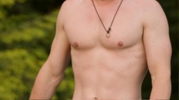 Nam tài tử trẻ hơn rất nhiều nhờ kiểu tóc ngắn trong bộ phim Cabin in The Woods (2012).