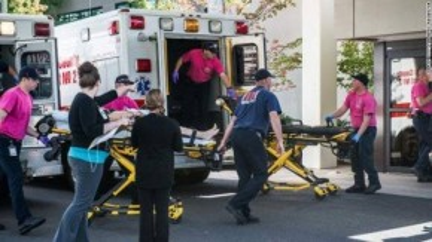 Xe cứu thương lập tức có mặt tại hiện trường và vận chuyển nạn nhân đến bệnh viện cấp cứu. Thông tin mới nhất xác đinh có 10 người thiệt mạng và 7 người bị thương, trong đó có 3 sinh viên nữ đang trong tình trạng nguy kịch.