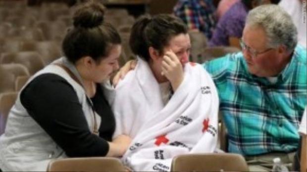 Hannal Miles đoàn tụ với chị gái và bố sau khi trải qua nỗi kinh hoàng từ vụ nổ súng.