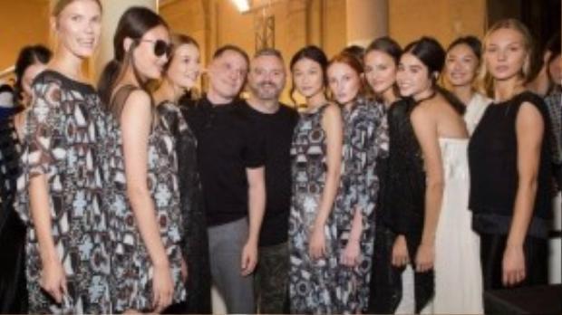 Ngồi hàng front row của show diễn này còn các ông trùm của thương hiệu Chanel Karl Lagerfeld, Kha Mỹ Vân trình diễn cùng với các người mẫu nổi tiếng khác của thế giới.