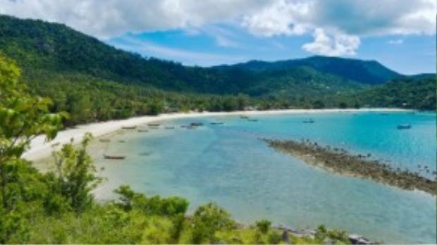 Koh Phangan là một hòn đảo tách biệt phù hợp cho kỳnghỉ ngơi, thư giãn với nhữngbãi cát vàng cùng làn nước trong vắt. Các khách sạn trên đảo thoắt ẩn thoắt hiện trong những rừng cọ yên bình mangđến cho bạn nhiều sự lựa chọn hấp dẫn.