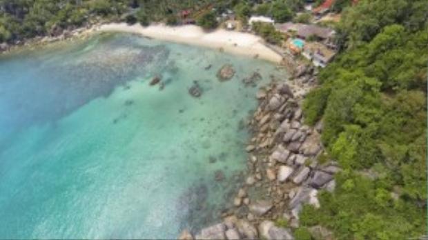 Ngay cả trên hòn đảo nổi tiếng khắp thế giới này, bạn cũng sẽ có những giờ thư giãn thanh bình và yên tĩnh. Bải biễn Thongtakian được bao quanh bởi rừng cọ và những hòn đá ngộ nghĩnh. Người dân bản địa nấu món ăn ngay trên bãi biển để dùng trong ngày.