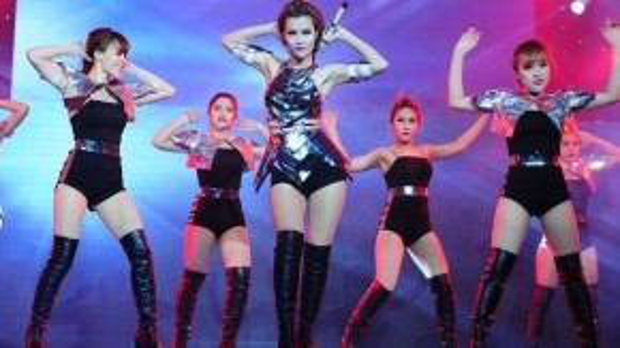 Cô thay đổi về dòng nhạc, phong cách ăn mặc để phù hợp với thị trường âm nhạc hiện tại.