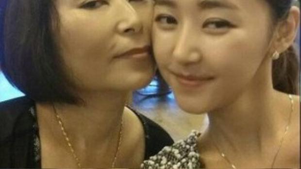 Yeonmi và mẹ đã trải qua những năm tháng tủi nhục và khiếp sợ bởi nhiều lần bị cưỡng hiếp. Sau khi cha mất vì ung thư, 2 mẹ con được giải thoát và tìm đến Hàn Quốc để bắt đầu một cuộc sống mới.