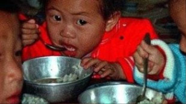 Dưới chế độ lãnh đạo của Kim Jong-il, trẻ em lúc nào cũng bị đói, người chết đói nằm la liệt trên các bãi rác.