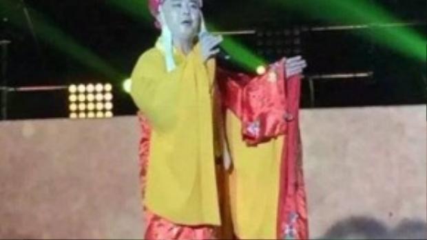 Từ Thiếu Hoa đi hát kiếm tiền.