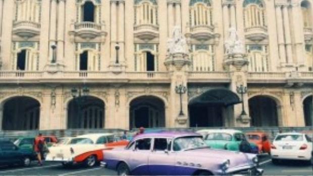 """Tới Havana, du khách dạo bước trong ngỡ ngàng trước những toà nhà cổ kính mấy trăm năm tuổi. Với hơn 50.000 xe hơi được sản xuất từ những năm đầu thế kỷ 20 đang lưu hành, Cuba xứng đáng là """"thiên đường xe cổ"""" của thế giới."""
