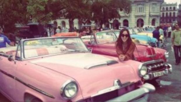 Bên cạnh rượu rum, xì gà và biển, xe cổ là nét tạo nên một Cuba độc đáo. Trong ảnh, Huỳnh Bích Phương tạo dáng bên chiếc xe cổ làm taxi.