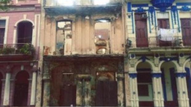 Màu bụi cổ phủ lớp dày lên ngôi nhà cũ.