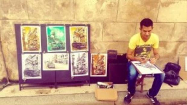 Anh chàng hoạ sĩ dạo kiếm cơm từ việc bán bức vẽ phong cảnh thành phố quê hương cho khách du lịch. Havana cổ xưa, bình dị in sâu nỗi nhớ trong mỗi du khách ghé tới đây.
