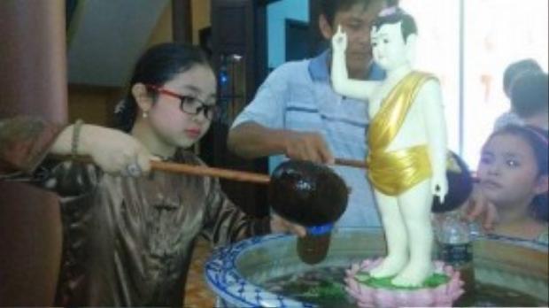 Đặc biệt, Hồng Minh thường xuyên theo mẹ lên chùa cúng viếng. Cô bé quy y với đại đức Thích Trí Huệ và có pháp danh là Huệ Hồng Minh.