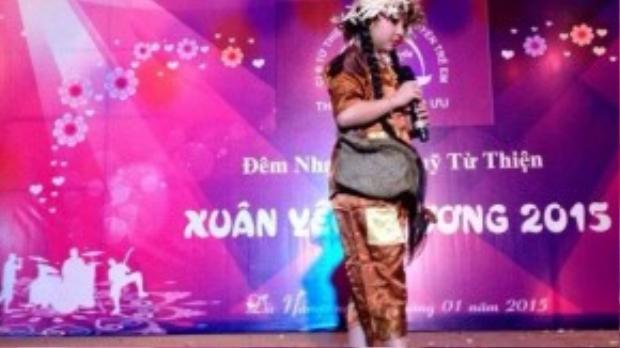 Hồng Minh cũng thường xuyên biểu diễn tại các chương trình từ thiện.