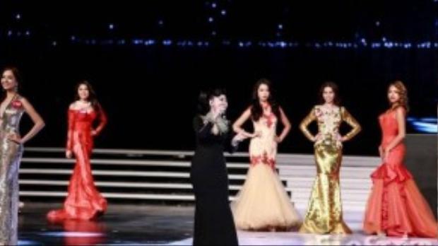 """""""Nữ hoàng nhạc dance"""" khoe giọng hát nội lực qua đó tạo sự hứng thú, tự tin cho các thí sinh trong phần thi Trang phục dạ hội."""