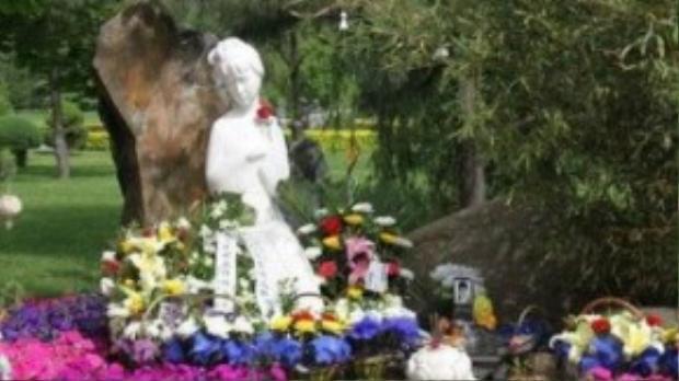 Mộ phần Trần Hiểu Húc, bên cạnh là tượng được khắc từ hình ảnh trong phim của cô.